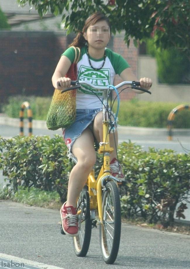 無防備過ぎるミニスカ女子の自転車乗る姿に釘付けwwww0026shikogin