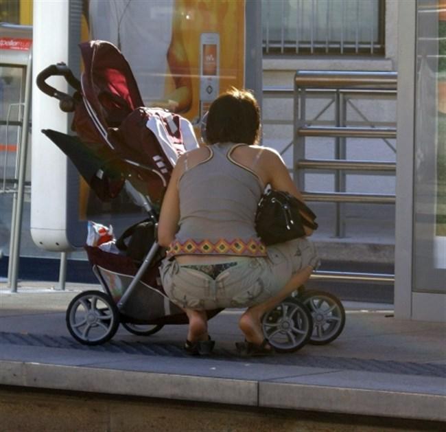 ポロチラ連発する無防備な子連れママがえちえち過ぎて股間に響くwwww0026shikogin
