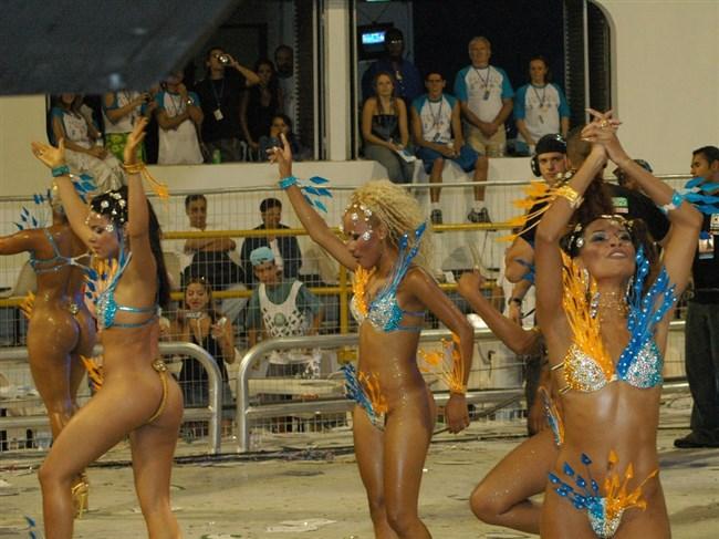 ブラジルのサンバカーニバルでの踊り子がガチで露出狂レベルwwww0007shikogin