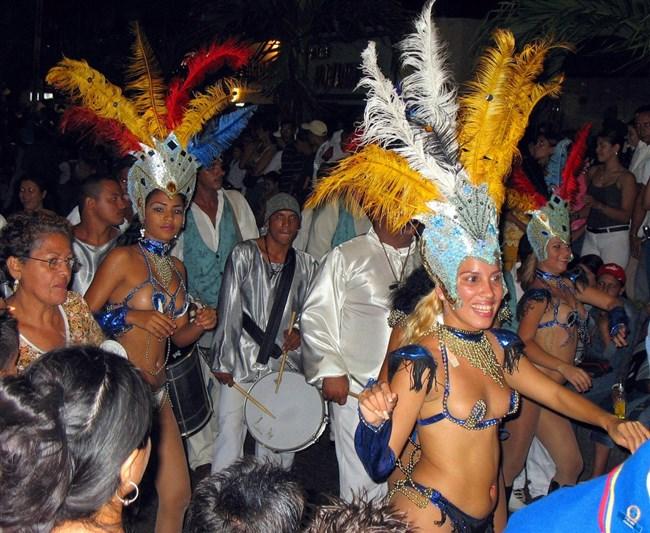 ブラジルのサンバカーニバルでの踊り子がガチで露出狂レベルwwww0011shikogin