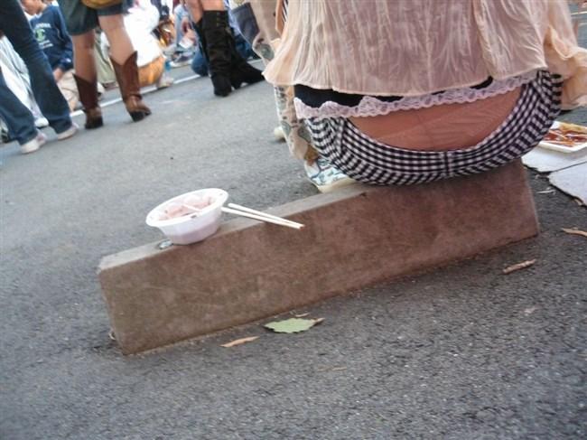 股上の浅いパンツを履いた女がしゃがむと高確率でこうなるwwwwww0011shikogin