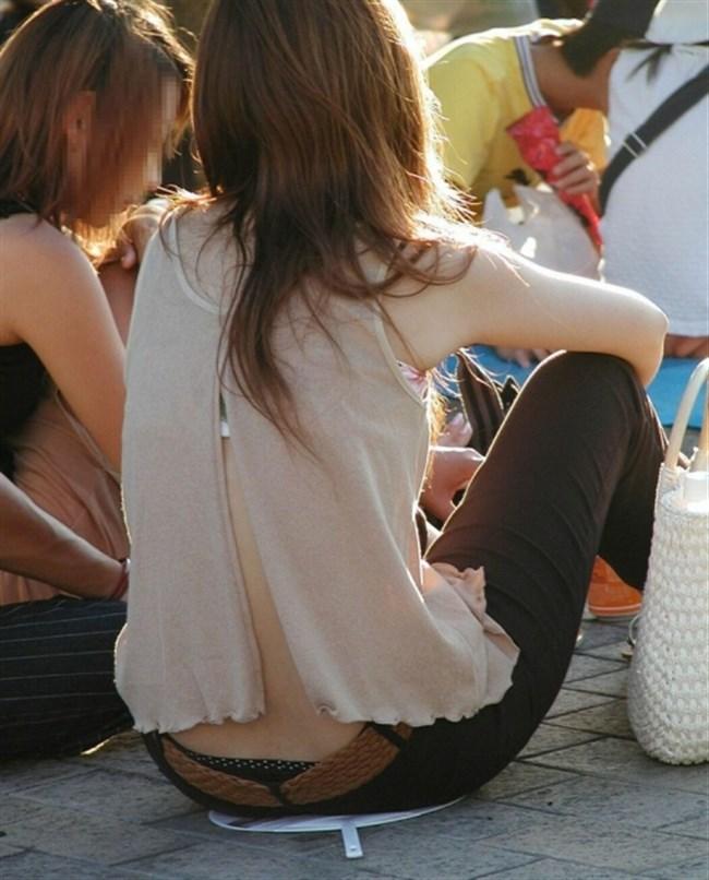 股上の浅いパンツを履いた女がしゃがむと高確率でこうなるwwwwww0003shikogin