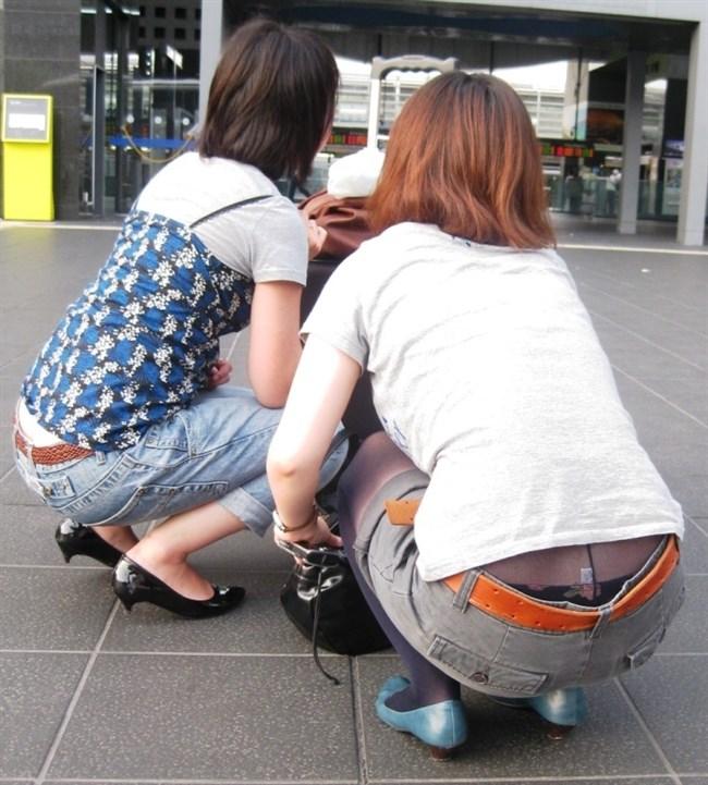 股上の浅いパンツを履いた女がしゃがむと高確率でこうなるwwwwww0004shikogin