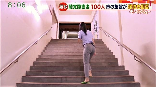 福田由香~モーニングショーでピタパン姿にて階段を昇りパンティーライン丸見え!0003shikogin