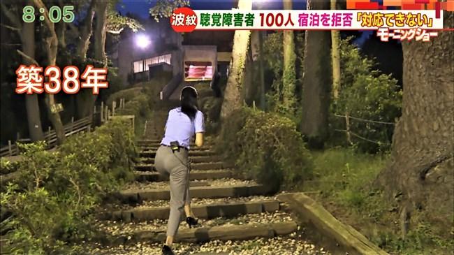 福田由香~モーニングショーでピタパン姿にて階段を昇りパンティーライン丸見え!0007shikogin