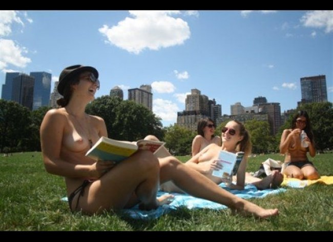 公園でトップレスになってしまう外国人女性が存在する件wwwwww0006shikogin