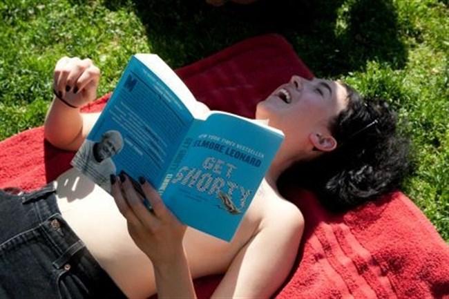 公園でトップレスになってしまう外国人女性が存在する件wwwwww0022shikogin
