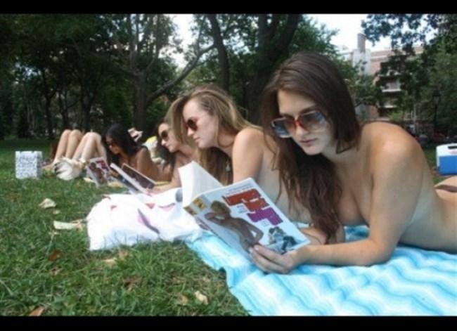 公園でトップレスになってしまう外国人女性が存在する件wwwwww0003shikogin