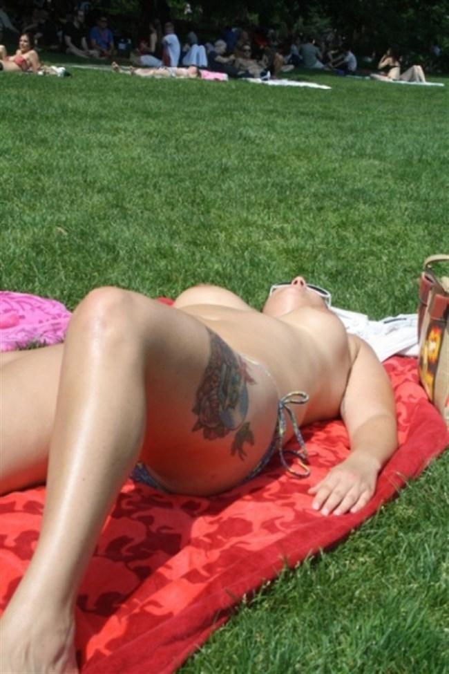 公園でトップレスになってしまう外国人女性が存在する件wwwwww0007shikogin