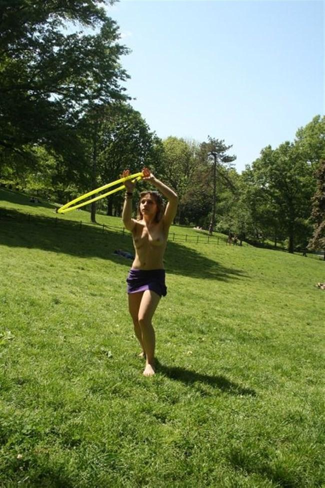 公園でトップレスになってしまう外国人女性が存在する件wwwwww0009shikogin