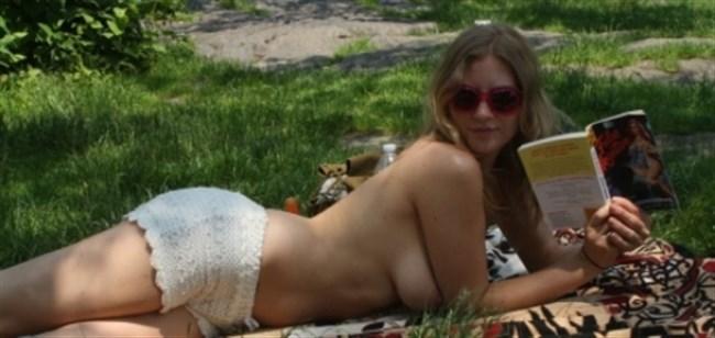 公園でトップレスになってしまう外国人女性が存在する件wwwwww0014shikogin