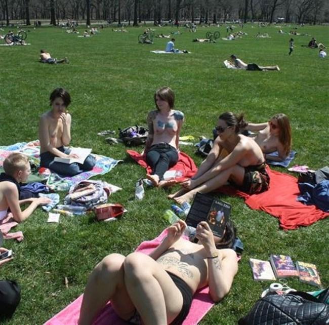 公園でトップレスになってしまう外国人女性が存在する件wwwwww0021shikogin