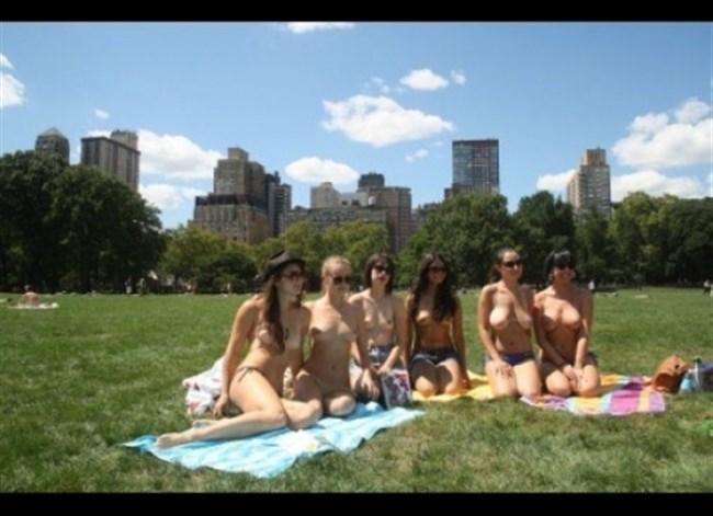 公園でトップレスになってしまう外国人女性が存在する件wwwwww0032shikogin