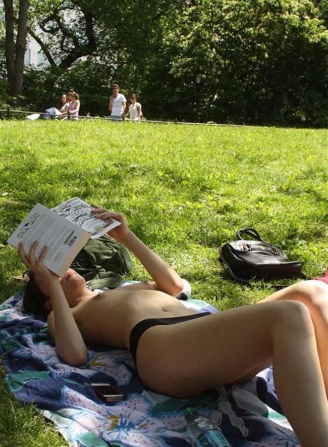 公園でトップレスになってしまう外国人女性が存在する件wwwwww0025shikogin