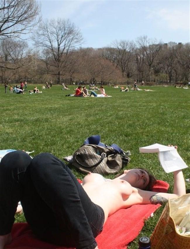 公園でトップレスになってしまう外国人女性が存在する件wwwwww0031shikogin