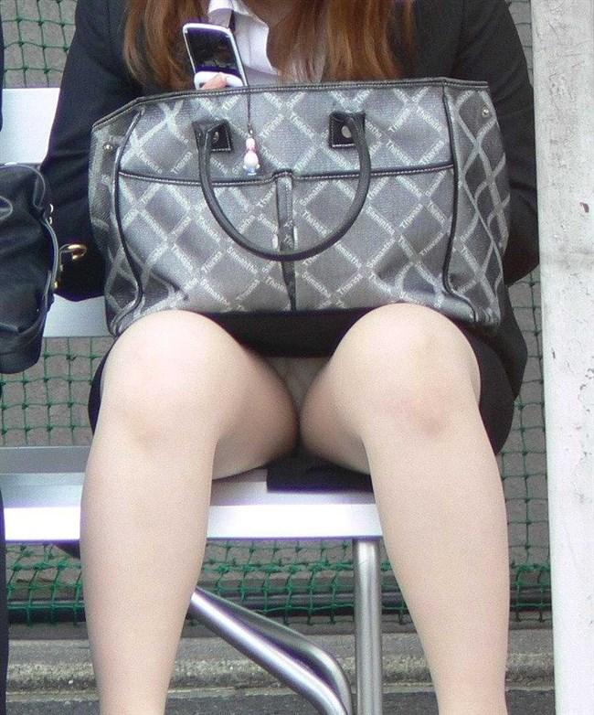 公衆の面前に太ももをさらけ出してるミニスカお姉さんえちえちwwww0011shikogin