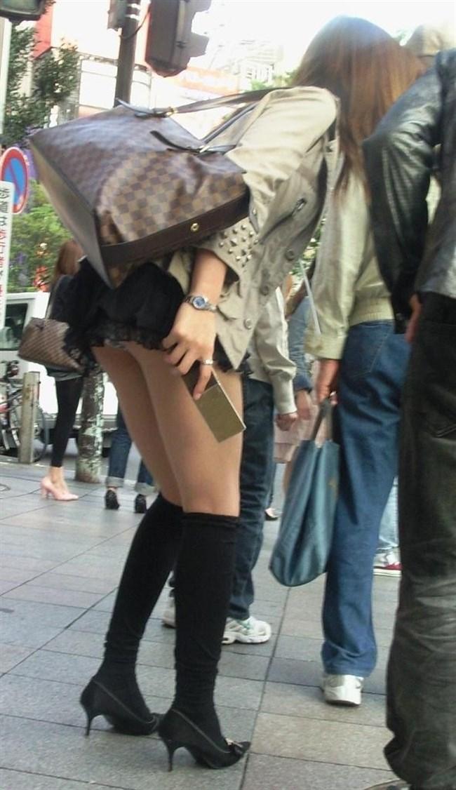 公衆の面前に太ももをさらけ出してるミニスカお姉さんえちえちwwww0015shikogin