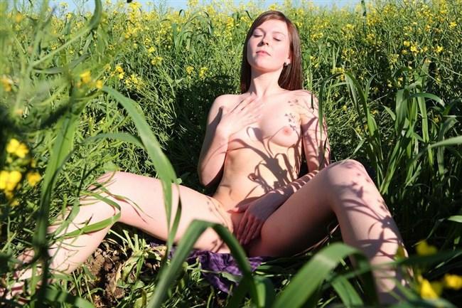 大自然をバックに開放的になって全裸撮影してしまう外国人女性www0007shikogin