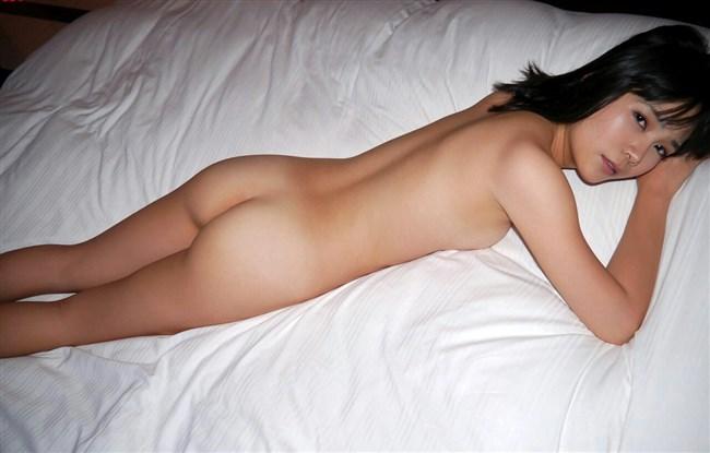 下着姿でベットにうつ伏せになってる美味しそうな美女wwww0012shikogin