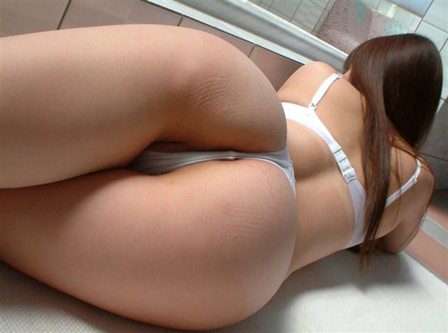下着姿でベットにうつ伏せになってる美味しそうな美女wwww0014shikogin