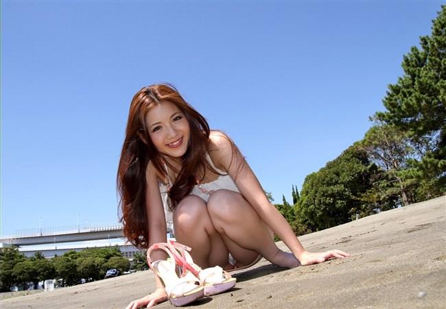 スカート女性がしゃがんで見えるパンツと太もものムチムチ感が格別wwwww0011shikogin
