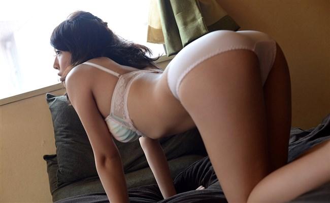 下着尻をプリプリ見せつけてるベット上の女性にムラムラwwwww0011shikogin