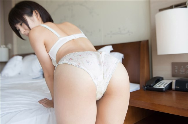 下着尻をプリプリ見せつけてるベット上の女性にムラムラwwwww0013shikogin