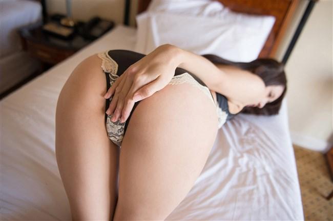 下着尻をプリプリ見せつけてるベット上の女性にムラムラwwwww0004shikogin