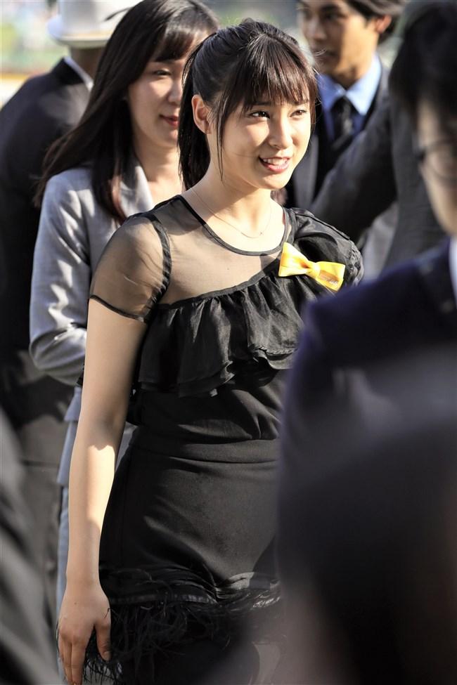 土屋太鳳~日本ダービーでのパン線が浮き出たピッタピタのドレス姿がエロ過ぎて興奮!0002shikogin