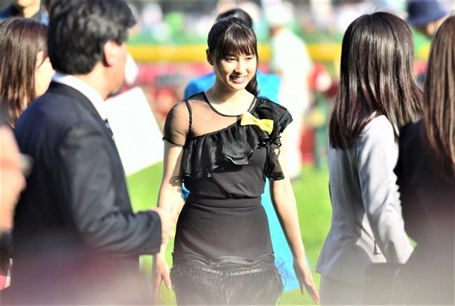 土屋太鳳~日本ダービーでのパン線が浮き出たピッタピタのドレス姿がエロ過ぎて興奮!0004shikogin