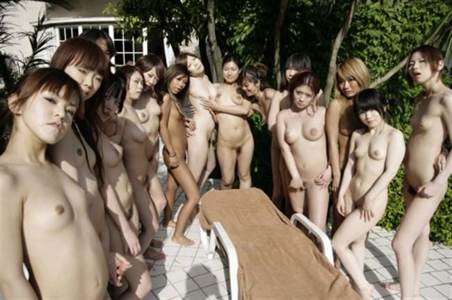 乱交セックス直前の記念撮影wwwこれだけ全裸女性が居ると圧巻だわ…。0003shikogin