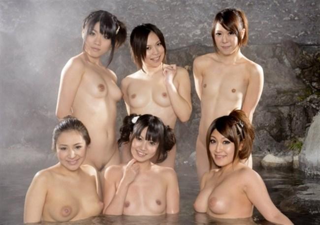 乱交セックス直前の記念撮影wwwこれだけ全裸女性が居ると圧巻だわ…。0021shikogin