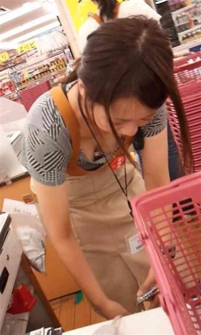女性店員が前屈みになった瞬間に必ず視線が集中する谷間wwwww0014shikogin