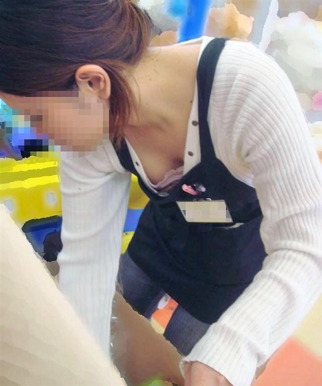 女性店員が前屈みになった瞬間に必ず視線が集中する谷間wwwww0015shikogin