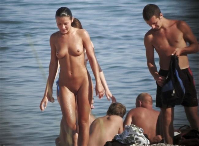 ヌーディストビーチで思う存分露出を楽しむ外国人お姉さんwwwwww0003shikogin