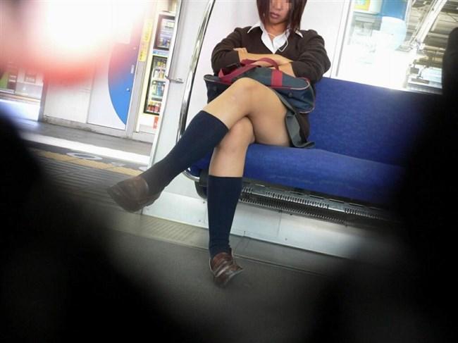 電車で足組んでパンチラ寸前なJKが挑発的でたまらんwwwwww0023shikogin