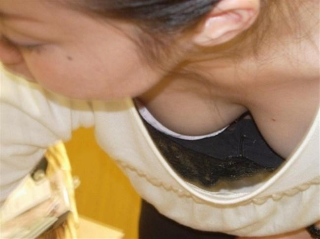 女性がかがんだ瞬間にチラリする豊満な谷間を見れた嬉しい瞬間wwww0008shikogin