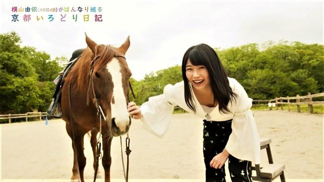 横山由依[AKB48]~京都いろどり日記で胸元の開いた服で胸チラ!お上品なセクシーさだよ!0004shikogin