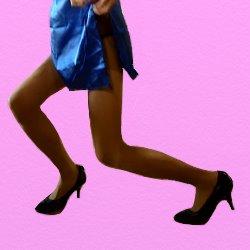 青いドレスの脚線美