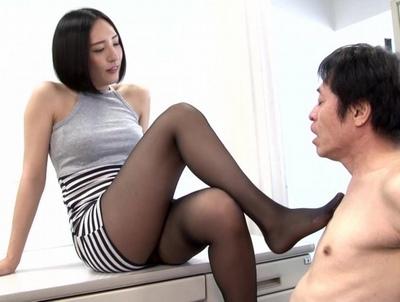卑猥な美脚でパンスト姿の痴女お姉さんの、淫語M男エロ動画。【痴女、お姉さん動画】