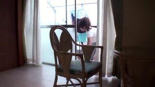 スレンダーな巨乳の人妻おばさんの、パンチラ不倫無料動画。【人妻、おばさん動画】