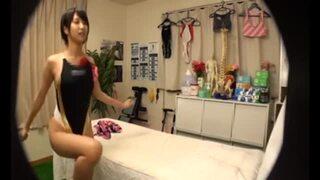 【トイレ】巨乳で水着姿の女子大生の、寝バックマッサージ無料エロ動画!【女子大生動画】
