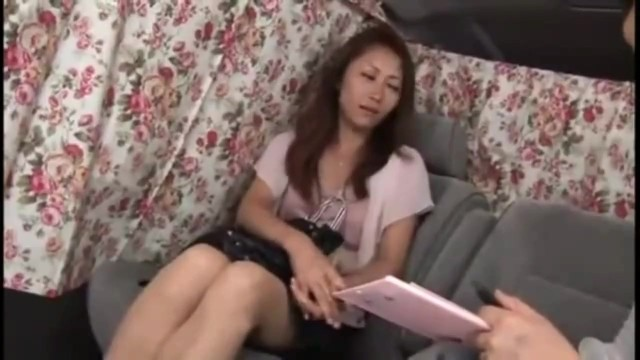 【乳首】セレブスレンダーな巨乳の熟女素人の、クンニ電マ中出し無料動画。【熟女、素人動画】