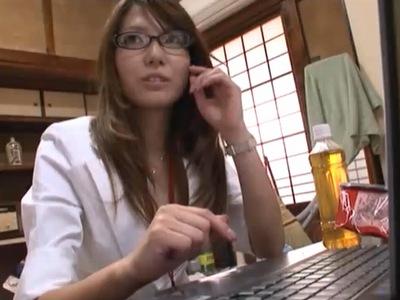 メガネの若妻派遣の、ハメ撮り不倫無料動画!【若妻、派遣、人妻動画】