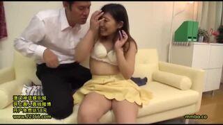 自宅にて、スレンダー美人な貧乳の痴女素人の、クンニ寝取られセックス無料エロ動画。【不倫動画】