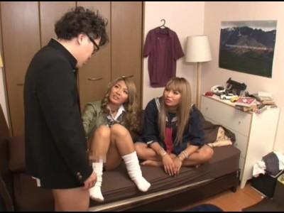 ビッチなメガネでパイパンで制服姿の女子校生JKの、M男3P無料動画。【女子校生、JK、黒ギャル動画】