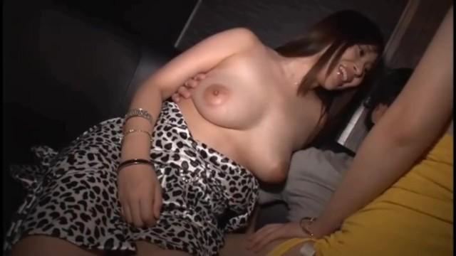 【アクメ動画】爆乳の女性の、アクメハーレム中出しプレイが、おっパブにて…。エロいおっぱいですね!【風俗】