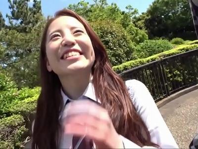 制服姿の美少女の、ハメ撮り中出しエロ動画。【美少女動画】