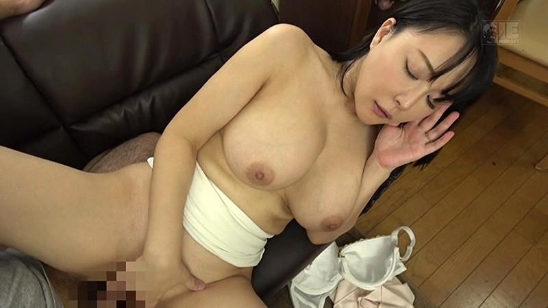 【義母】無防備でエロい巨乳の義母人妻の、寝取られ胸チラ誘惑プレイ動画!!【おっぱい】