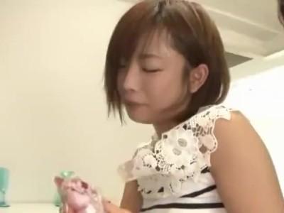 自宅にて、スレンダーな着衣の女性の、フェラ即ハメセックス無料動画。【3P、激ピストン動画】